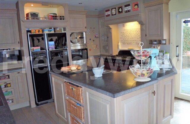 cottage maatwerk meubilair schrijnwerk meubelschrijnwerk interieur vitrinekast KitchenAid GE Amerikaanse koelkast kookboeken Falcon Villeroy&Boch Horus France